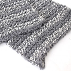 4762-grijze-witte-gemeleerde-hand-gebreide-shawl-sjaal-wol-4