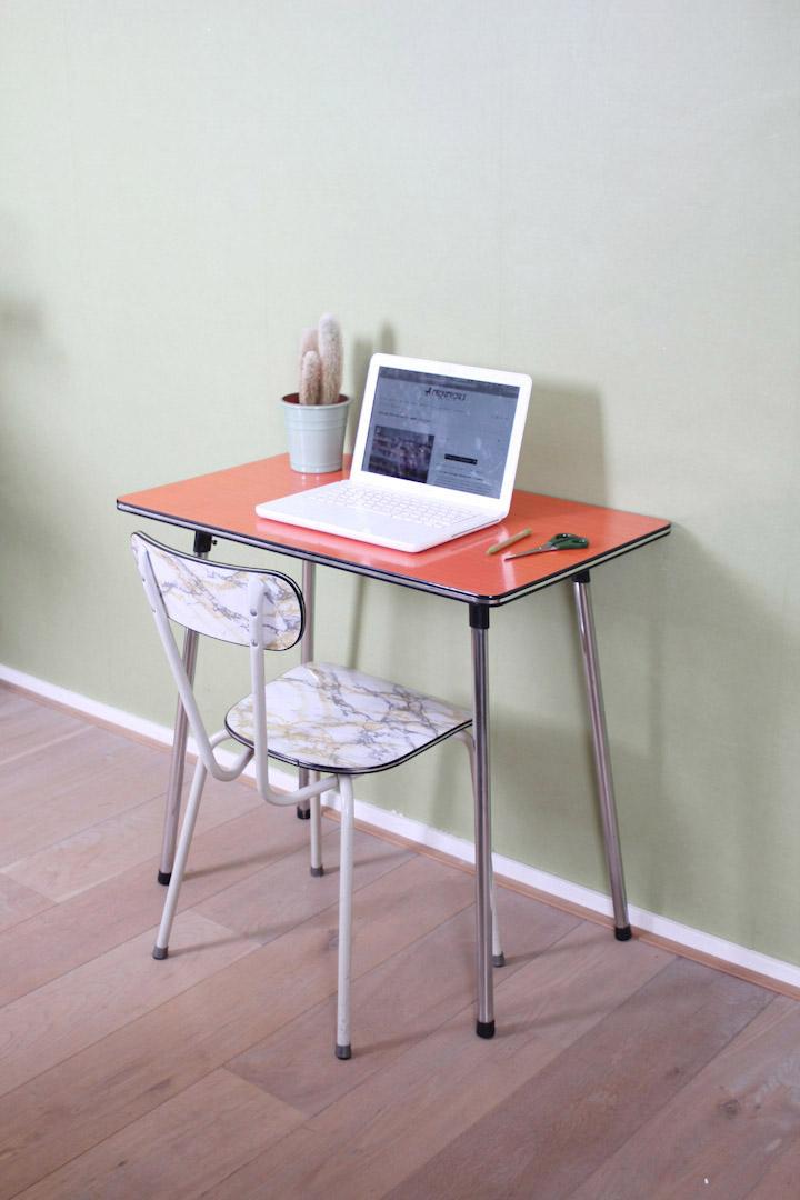 Oranje formica tafel