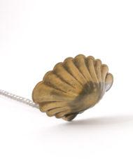 Antieke punchlepel in de vorm van een schelp