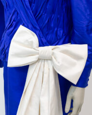 Blauwe jurk van zijde met grote crèmekleurige strik Fong Leng jaren 80