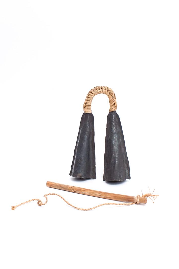Ceremoniële Bamileke gong uit Kameroen inclusief stokje