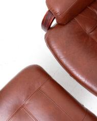 Draaifauteuil van bruin imitatieleer met verstelbare zitting en bijpassende voetenbankje