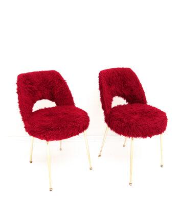 Franse vintage stoelen kersenrood furry met messing pootjes - set van 2