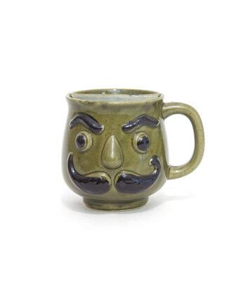 Groene vintage snorrenmok met gezicht