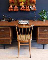 Groot vintage bureau van teakhout met veel opbergruimte