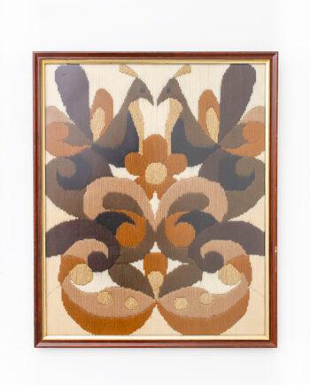 Ingelijst seventies borduurwerk met pauwen en bloemen