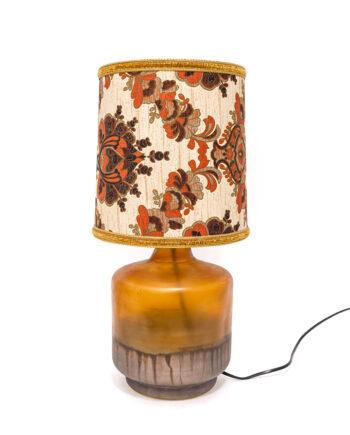 Jaren 70 tafellamp met bruine glazen voet en paisley print lampenkap