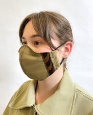 Katoenen mondkapje lichtbruin met donkerbruine strepen Liesbeth Sterkenburg unisex