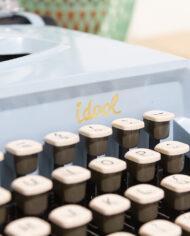 Lichtblauwe typemachine Sperry Remington Idool jaren 60