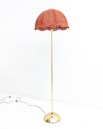 Messing vloerlamp met terracotta macramé kap uit de jaren 70