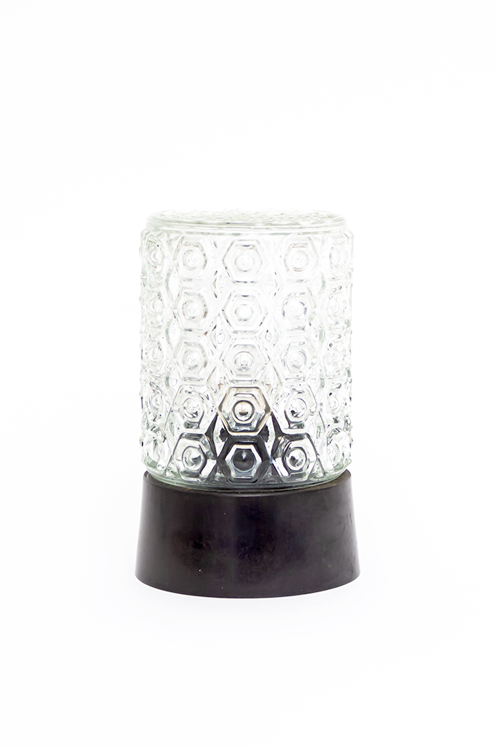 Plafonnière met bewerkte cilindervormige glazen kap en zwarte voet