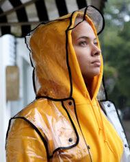 Transparante regenjas met zwarte biezen kort