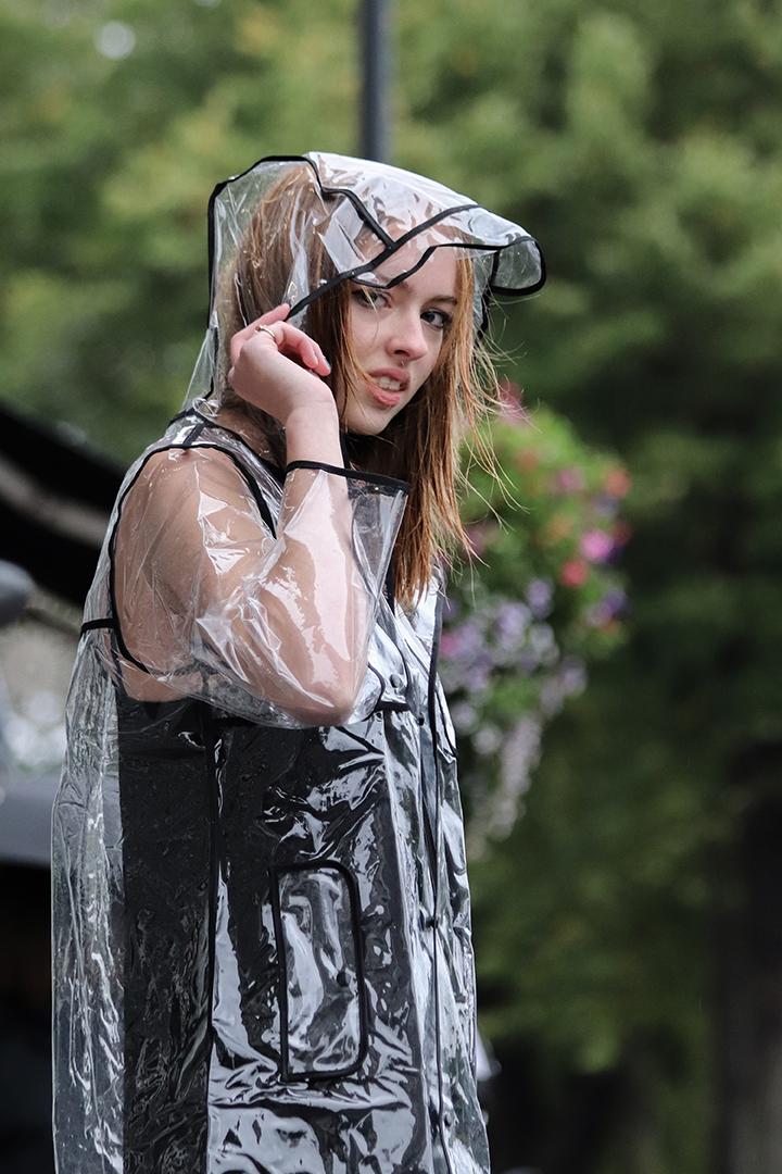 Transparante regenjas met zwarte biezen lang