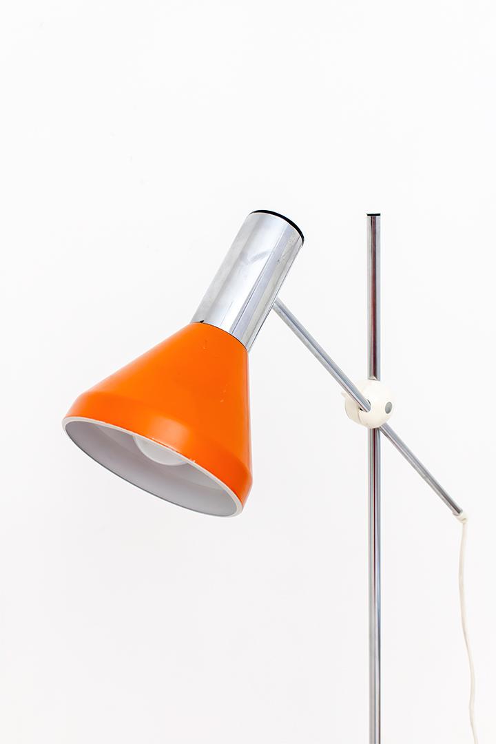 Verchroomde jaren 60 vloerlamp met oranje kap en voet