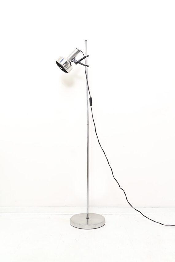 Verchroomde staande lamp met zwart raster in de spot