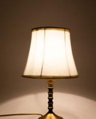Vintage Franse tafellamp met messing voet en witte kap