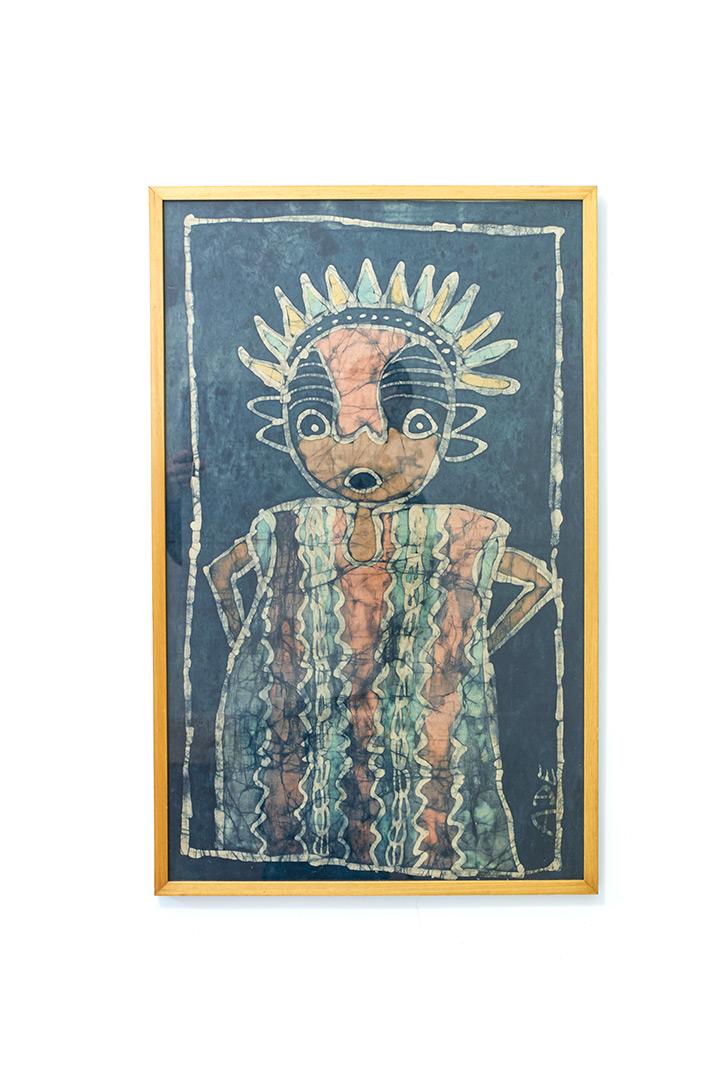 Vintage batik doek met vrolijk figuur ingelijst in hout
