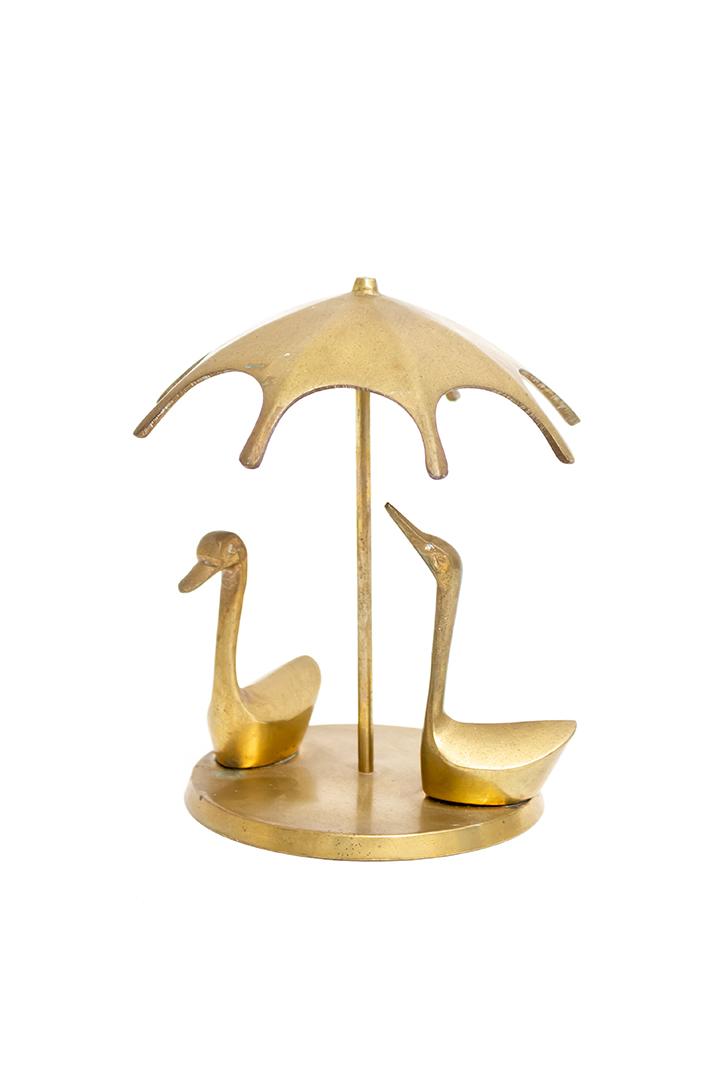Vintage beeld messing eenden onder een parasol