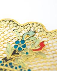 Vintage bord van goudkleurig metaal filigraan met ingelegde bloemen