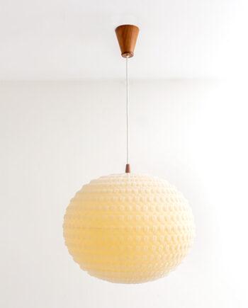 Vintage hanglamp kunststof bol bekleed met gaas en teakhouten details