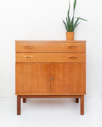 Vintage houten kast op hoge pootjes met handgrepen in Fristho stijl