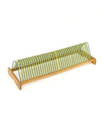 Vintage houten rek voor platen met gele en blauwe staanders
