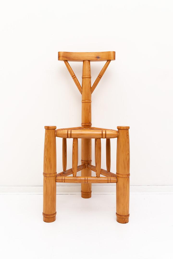Vintage houten stoel op drie poten bamboe-look