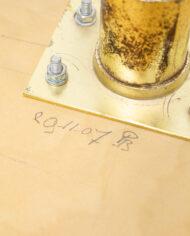 Vintage kruk met wijnrode velours bekleding en messing poten in barokstijl