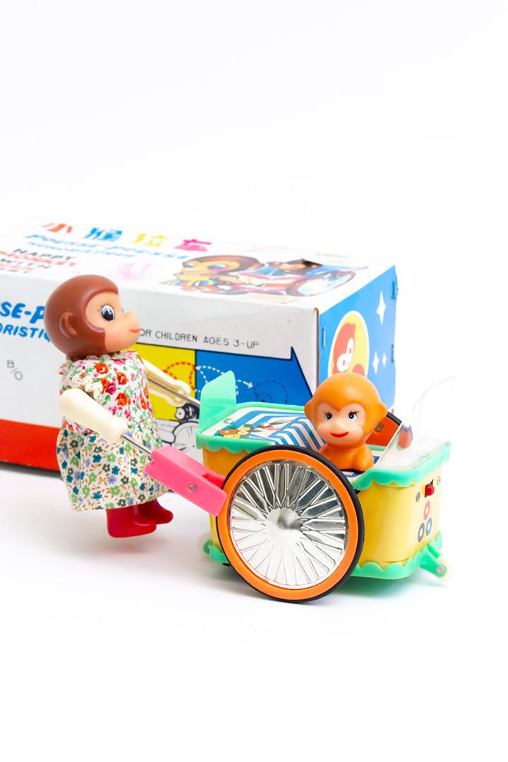 Vintage speelgoed van blik - Happy monkey with her baby PE 858
