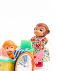 Vintage speelgoed van blik – Happy monkey with her baby PE 858
