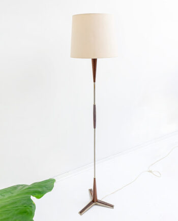 Vintage staande lamp met teakhouten details, metalen driepoot en crèmekleurige kap