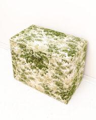 Vintage stoffen nachtkastje met een botanische print in wit en groen