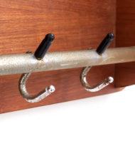 Vintage teakhouten wandkapstok met metalen haakjes en hoedenrekje