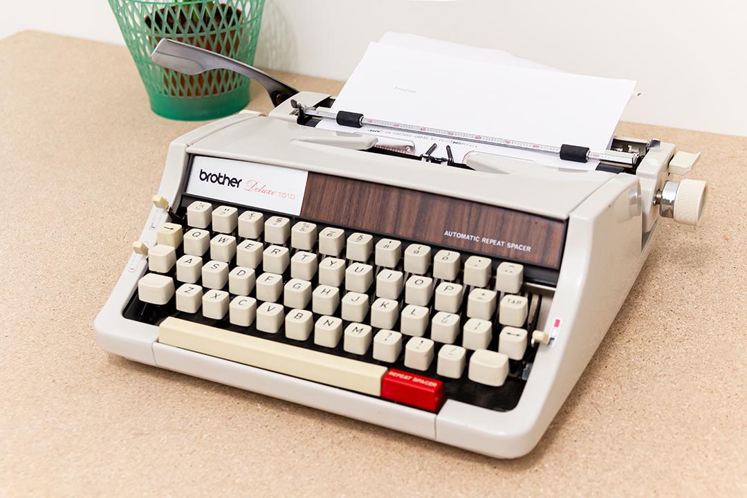 Vintage typemachine Brother Deluxe 1510 met hout-look afwerking