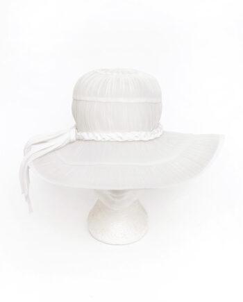 Vintage witte zomerhoed met geplooid tule en gevlochten band