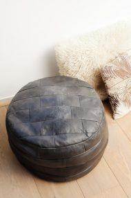 Zwarte-ronde-vintage-leren-poef-3