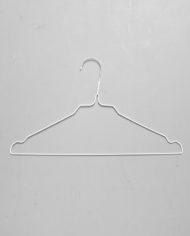 stomerijhangers-metalen-draad-kledinghangers-wit-witte-coating-1