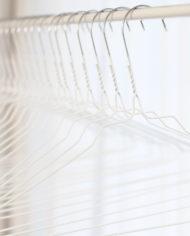 stomerijhangers-metalen-draad-kledinghangers-wit-witte-coating-2