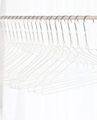 stomerijhangers-metalen-draad-kledinghangers-wit-witte-coating-3