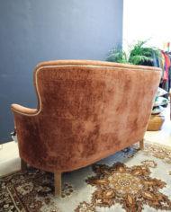 vintage-bloedoranje-rode-bank-en-fauteuil-met-witte-bies-5