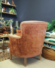vintage-bloedoranje-rode-bank-en-fauteuil-met-witte-bies-6
