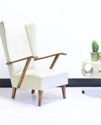 Statige creme witte vintage oorstoel met hoge rugleuning