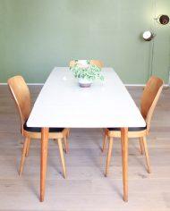 vintage-uitschuifbare-formica-tafel-houten-poten-wit-grijs-2