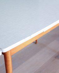 vintage-uitschuifbare-formica-tafel-houten-poten-wit-grijs-6
