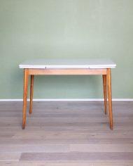 vintage-uitschuifbare-formica-tafel-houten-poten-wit-grijs-8