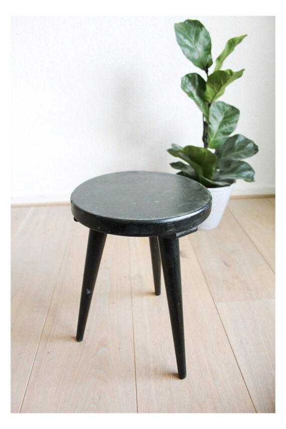 Zwart houten plantentafeltje