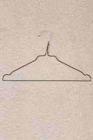 zwarte-metale-kledinghangers-stomerijhangers-1